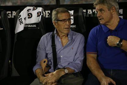 El cuerpo técnico uruguayo prepara el duelo ante Chile con preocupación por Cavani
