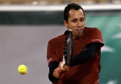 Djokovic barre al colombiano Galán y supera en triunfos en París a Federer