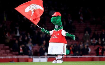 Özil salva a la mascota del Arsenal