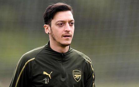 Özil recibió un bonus de ocho millones por lealtad