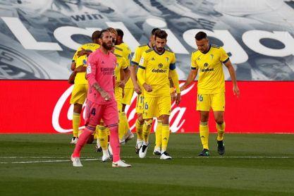 Ramos sustituido al descanso con un golpe en la rodilla