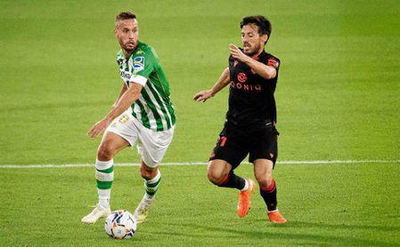 Canales conduce el balón durante el duelo ante la Real Sociedad.