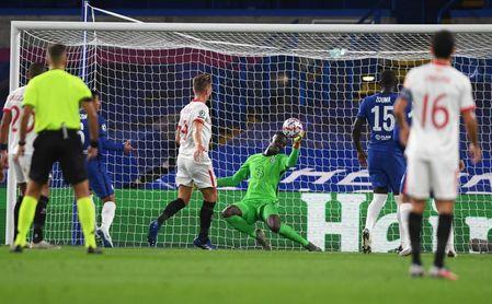 Mendy repele un cabezazo de Gudelj, que además de brillar en defensa, tuvo la mejor ocasión del Sevilla-Chelsea.