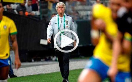La seleccionadora de Brasil se contagia de ritmo de la samba en el entrenamiento