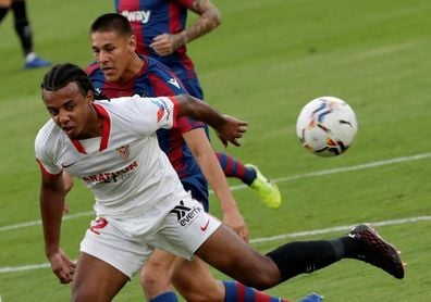 Koundé, titular en el Sevilla y el exbético Jonas Martin en el puesto de Nzonzi