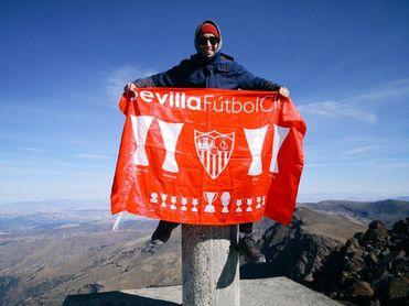 José Manuel Zorrilla, con su bandera del Sevilla FC en lo más alto del Mulhacén.