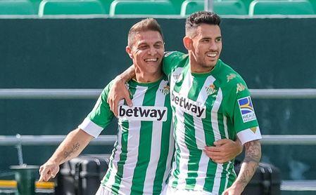 Joaquín, celebrando el gol de Sanabria ante el Elche.