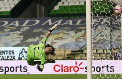 2-1. El León viene de atrás y derrota al Santos Laguna del uruguayo Almada