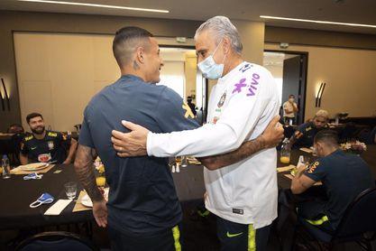 Arana, saludado por Tite a su llegada a la concentración de Brasil.