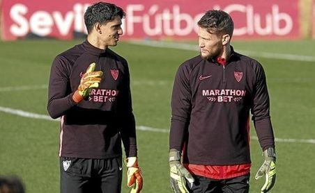 El portero del Sevilla F.C. Yassine Bono junto a Tomas Vaclik.