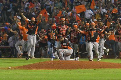 Los Toros ganan doble cartelera a los Leones en la liga dominicana