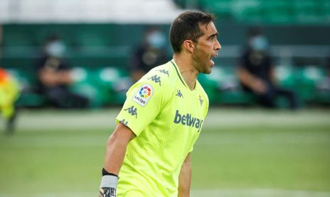 Bravo (37), causará baja de nuevo baja en el Betis por problemas físicos.