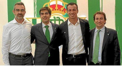 El presidente del Betis, Ángel Haro, y López Catalán, junto a Maciá y Damiao, en la temporada 2015-2016.