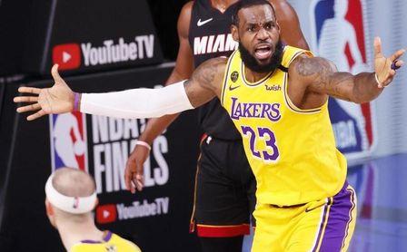 James admite que dos años más con Lakers le dan opción de jugar con su hijo.