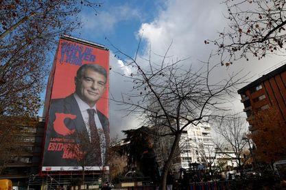Laporta exhibe lona electoral en EL edificio donde vive EL padre de Bertín Osborne
