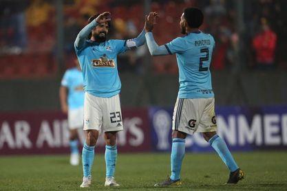 1-2. Cristal golpea primero y se queda con partido de ida de la final en Perú