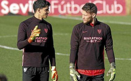 Bono y Vaclik, durante un entrenamiento con el Sevilla.