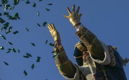 El Rey Melchor lanzando caramelos durante la cabalgata de los Reyes Magos de 2020 en Sevilla.