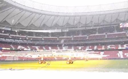 El Atlético pone a punto el Wanda con varias decenas de operarios y lámparas.