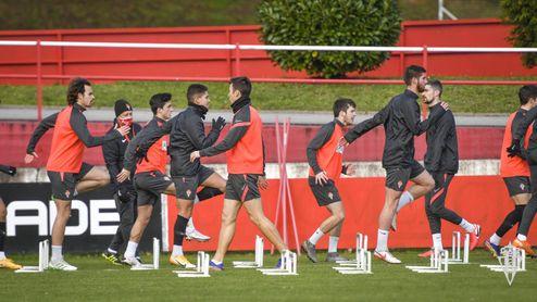 Seis de los nueve positivos del Sporting ya se entrenan con el grupo antes de recibir al Betis