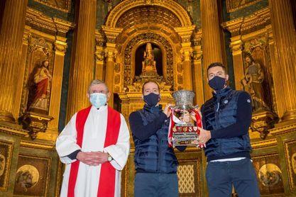 El Athletic ofrece la Supercopa a la 'Amatxu' en la Basílica de Begoña