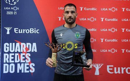 Adán, con el premio a mejor portero del mes de diciembre de la Liga NOS.