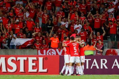 Internacional derrota al Bragantino y amplia su ventaja en la punta del fútbol en Brasil