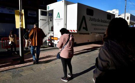 Varias personas esperan su turno para entrar en un camión de la consejería de Salud en uno de los cuatro cribados masivos que la Junta de Andalucía tiene previsto realizar entre la población de Almería.