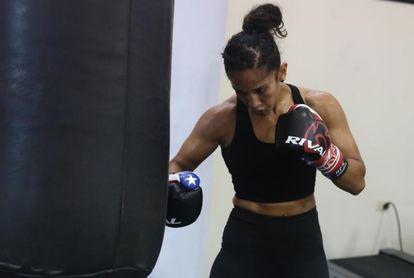 La puertorriqueña Amanda Serrano, campeona en propiedad en el peso pluma