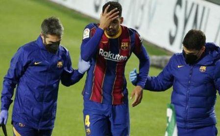 Araújo, a tres días del duelo de Copa frente al Sevilla FC, se retira lesionado en el Betis-Barcelona.