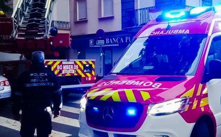 Heridos dos menores y seis familias desalojadas de un bloque por el fuego de una furgoneta en Alcalá de Guadaíra