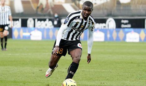 El inoportuno retroceso de Amadou que perjudica al Sevilla.