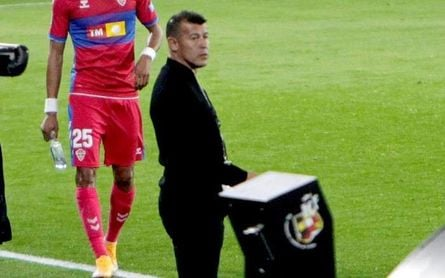 Almirón presenta su dimisión tras la derrota del Elche en Vigo