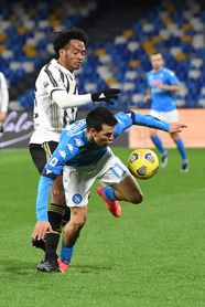 Lozano acaba el Nápoles-Juventus con un fuerte dolor en el muslo derecho