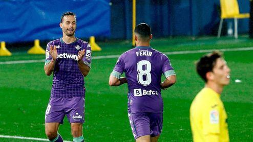 Canales felicita a Fekir tras hacer éste el 0-1 en La Cerámica.