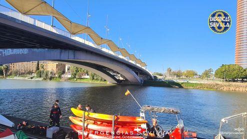 Localizado el cadáver del hombre que anoche cayó al Guadalquivir desde el puente del Cachorro.