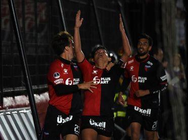 Colón vence a San Lorenzo y lidera con Banfield y Estudiantes la Zona A del fútbol en Argentina