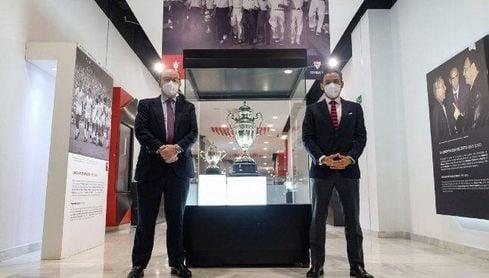 El Sevilla expone temporalmente el trofeo original de la Copa de España de 1935