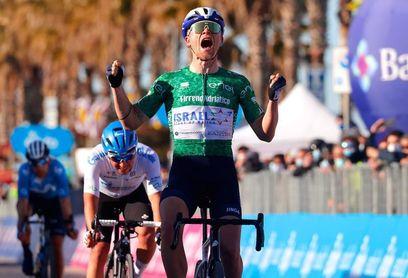 El danés Mads Wurtz gana el esprint de la fuga, Pogacar sigue de azul.