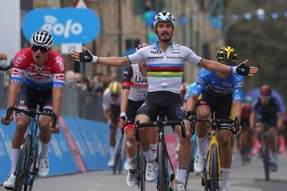 Duelo Van der Poel y Alaphilippe en el ensayo general del Tour de Flandes