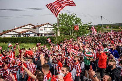 Cientos de aficionados despiden al Athletic en Lezama