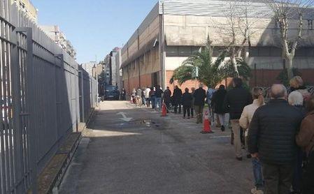 """El SAS denuncia un """"bulo"""" tras el que """"más de 4.000"""" personas han ido sin cita a un punto de vacunación Covid en Sevilla."""