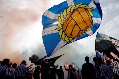 Cientos de aficionados despiden a la Real Sociedad en Zubieta