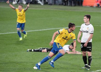 2-1. El Cádiz gana un choque marcado por la denuncia de un insulto racista a Diakhaby