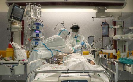 Andalucía supera los 1.200 hospitalizados tras sumar 61 y alcanza los 282 ingresos en UCI.