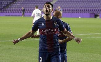 Rafa Mir, vinculado con el Betis, celebra un gol.