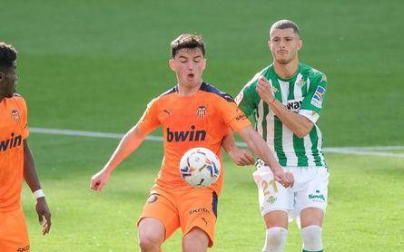 """Guido Rodríguez, enfadado: """"Hay que igualar la intensidad de los rivales y ganarles en el juego"""""""