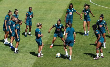 Brasil en el grupo de Países Bajos; Chile en el de Japón