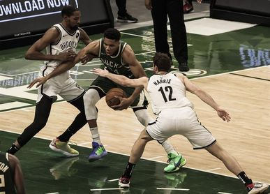 117-114. Antetokounmpo, con 49 puntos, gana duelo a Durant y los Bucks a Nets