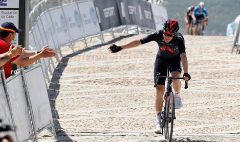 El británico Ethan Hayter (Ineos) gana en Alcalá la Real y es nuevo líder